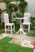Vitt skrivbord och stol i trädgården — Stockfoto