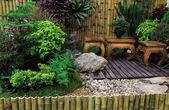 Trä skrivbord och stol i trädgården — Stockfoto