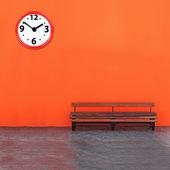 Analog saat ile karşı vintage tezgah — Stok fotoğraf