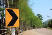 Landweg met pijl verkeersbord — Stockfoto