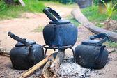 Antik siyah kaynar su veya kahve demliği açık bir yangın — Stok fotoğraf