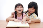 Cute little asian girl happy reading book — Stockfoto