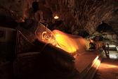 Statue de bouddha couché dans la grotte — Photo