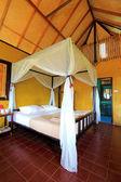Moderna bed rum och bambu tak — Stockfoto