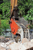 Closeup Heavy excavator Destroyed the building — Stockfoto