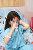 Child wearing a patient gown has an oxygen mask — Stock Photo