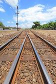 перекресток железнодорожных под голубым небом — Стоковое фото