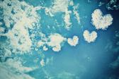 Nuvem coração vintage no céu com ganho — Foto Stock