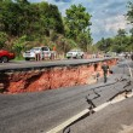 CHIANG RAI, THAILAND-MAY 5:Cracked asphalt after earthquake, sol — Stock Photo #49227285