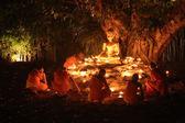 Unidentified monk praying to the Buddha — Foto de Stock
