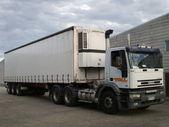 Samochody ciężarowe, poruszanie się i robi swoje rzeczy — Zdjęcie stockowe