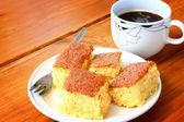 Torta di limone e tazza di caffè sul tavolo di legno — Foto Stock