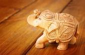 Beeldje olifant op houten tafel — Stockfoto
