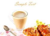 Petit déjeuner avec café, croissants et fruits — Photo
