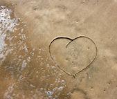 Coeur dessin dans le sable sur la plage — Photo