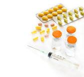 Medizinischen hintergrund der ampulle, spritze und tabletten — Stockfoto