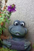 Une grenouille en céramique décorative — Photo