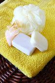 石鹸とタオルにスポンジ — ストック写真