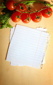 Verduras frescas sobre fondo de madera y papel para notas — Foto de Stock