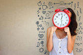 Femme tenant une horloge — Photo