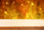 Tabell och suddiga lampor. — Stockfoto