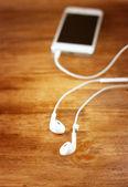 Écouteurs attachés au smartphone. — Photo