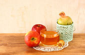 Apple honey and pomegranate over wooden table. — Stock Photo