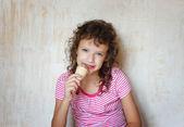 Kid eating ice cream — Stock Photo
