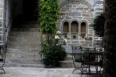 パティオ、古い建物のヨーロッパ スタイルの緑のドア — ストック写真