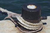 Bitta di attracco con pesanti funi di ormeggio di navi — Foto Stock