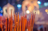 Rote räucherstäbchen brennen im bokeh-nacht — Stockfoto