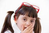 Het meisje van vijf jaar met rode punten angst expressie — Stockfoto