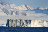 Iceberg, Iceshelfs and mountains in Antarctica — Stock Photo