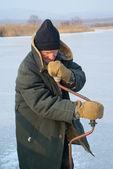 冬の釣りの老人 — ストック写真