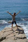 Homme sur rocher — Photo