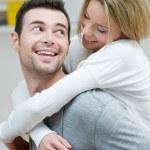 mladí manželé na zádech — Stock fotografie
