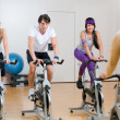 Spinning exercises with instructor — Stockfoto