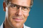 Lachende volwassen man met bril — Stockfoto