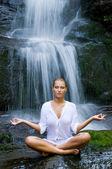 Yoga meditação perto de cachoeira — Fotografia Stock