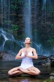 Şelale yanında Yoga meditasyon — Stok fotoğraf