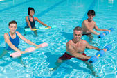 在游泳池中锻炼健身 — 图库照片