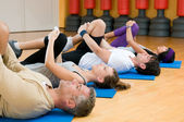Ejercicios de estiramiento en el gimnasio — Foto de Stock