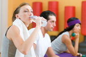 Refreshment during fitness exercises — Stock Photo