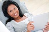 Sorriso de menina com tablet — Foto Stock