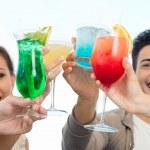 grupo de amigos brindando óculos — Foto Stock
