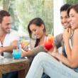 felizes amigos beber sumos — Foto Stock