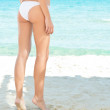 Beautiful woman leg aat beach — Stok fotoğraf
