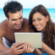 casal feliz com tablet digital — Foto Stock