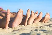 Nohy odpočívat na pláži — Stock fotografie