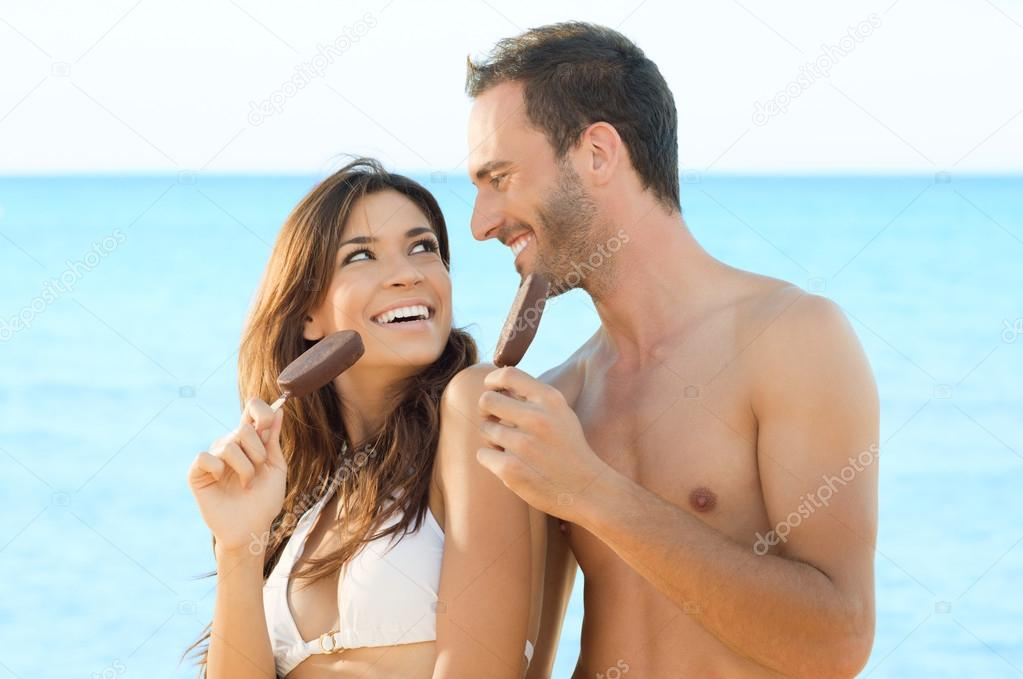 Happy Beautiful Couple Eating Ice Cream At Beach In Summer — Stock Photo #18884705